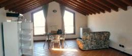 Ampio monolocale open-space con travi a vista in affitto a Iseo ( AFM25 )