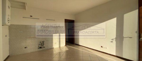 Trilocale su 2 livelli con terrazza in affitto a Corte Franca ( AFT184 )